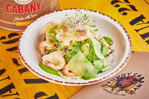 магаданские креветки на гриле с салатом из капусты, соусом из перца и пармезаном (590 р.)
