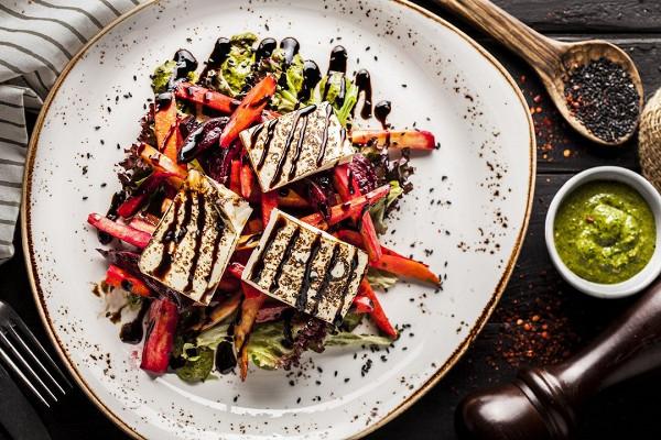 салат с тофу, пастернаком и соусом песто (380 р.)