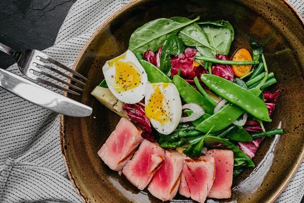 салат с артишоком, тунцом, яйцом и кенийской фасолью (999 р.)