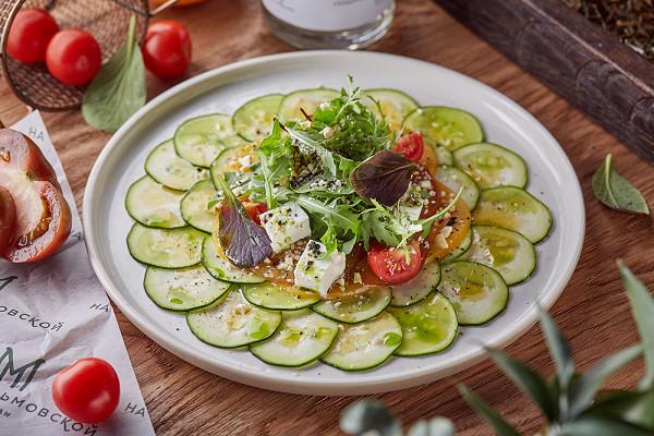 карпаччо из цукини с томатами трех сортов, тофу и базиликом (550 р.)