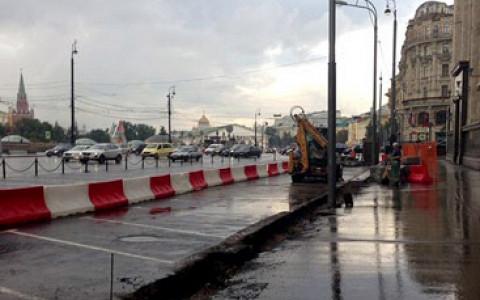 Вокруг Госдумы строят двухметровый забор
