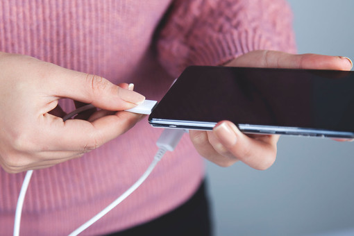 Ремонт надому: почему смартфон незаряжается