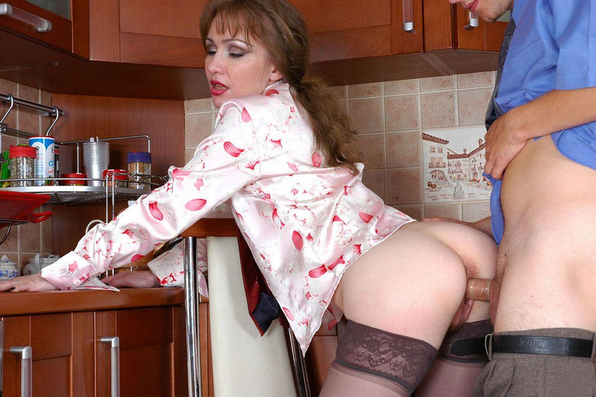 Зрелая домохозяйка на кухне получила трах, эро засветы фигурное катание