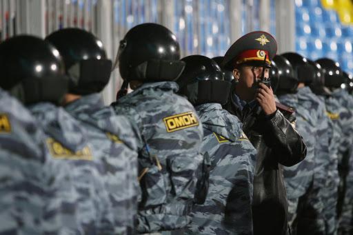 Участники незаконных акций вМоскве иПетербурге развязали драку сОМОНом