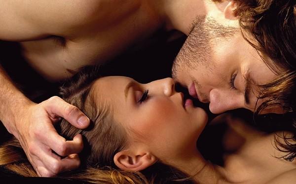 Он и она приглашают его интим