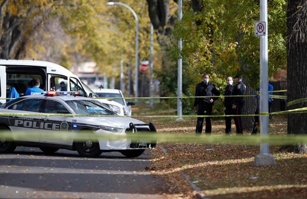 ВКанаде мужчина в«средневековой» одежде напал напрохожих, двачеловека погибли