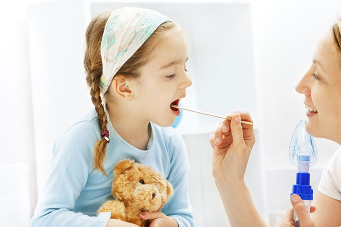 Чем лечить горло 3 месячному ребенку Ребенку 3 месяца