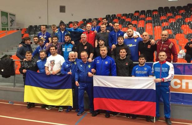 Борцы изРоссии иУкраины закончили соревнования вБолгарии совместным фото