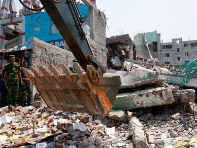 Подразвалинами фабрики вБангладеш найдены уже100трупов
