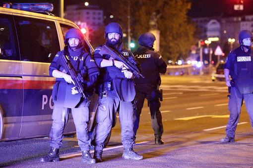 Полиция задержала четырех мужчин после стрельбы вцентре Вены