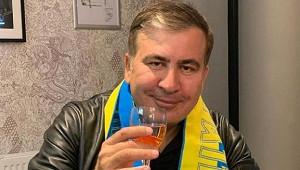 Неизвестный сзаточкой атаковал Саакашвили