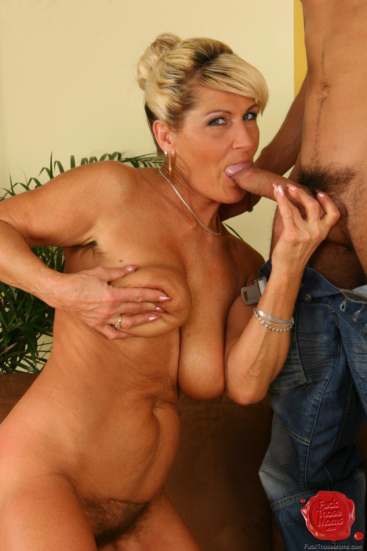 Фото девушек оральный секс с опытной дамой лавочке без