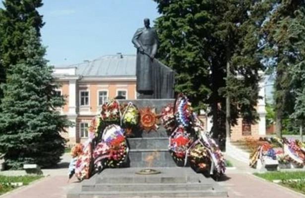 Дети осквернили памятник героям войны вЕльце