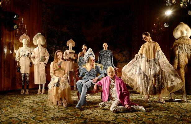 Меховые кокошники, роскошные модели извездные гости: какпрошла презентация коллекции Алены Ахмадуллиной вПариже