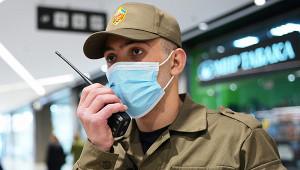 Полицейские скрутили клиента безмаски вТЦКрасноярска