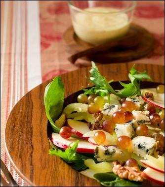 Рецепт Салат изяблок, сушеной вишни игрецких орехов сзаправкой изкленового сиропа имайонеза