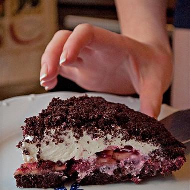 Рецепт Шоколадный торт сфруктами исливками