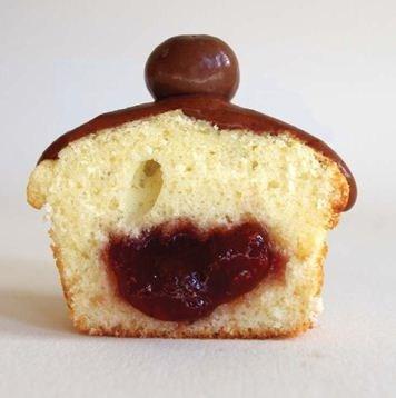 Рецепт Ванильные кексы сшоколадной помадкой, вишней иначинкой изклубничного варенья