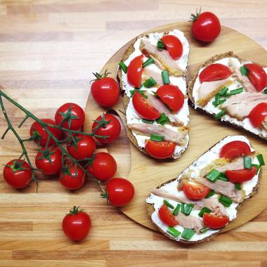 Рецепт Ржанная брускетта спеченной вгорчично-медовом соусе курицей