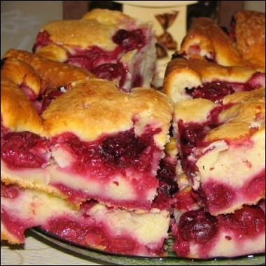 Рецепт Быстрый пирог сзамороженными ягодами (вишней)