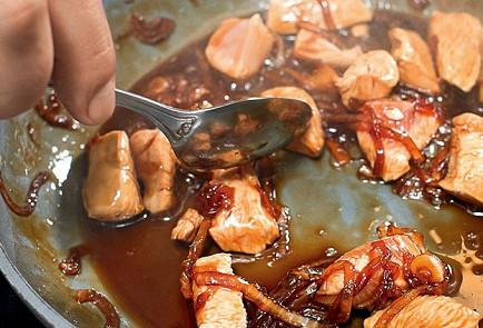 Фото приготовления рецепта: Оякодон (японский омлет с рисом и курицей) - шаг 4