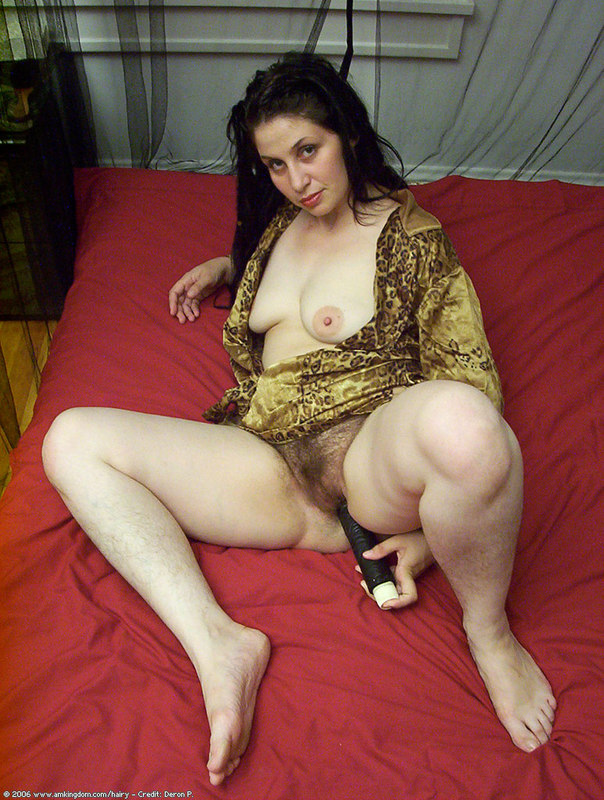 Mature woman eating pussy