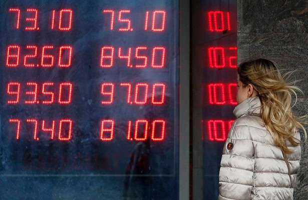 Россияне готовятся кослаблению рубля в2021 году