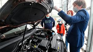 Россияне продолжили скупать машины
