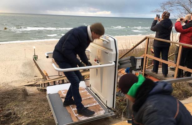 ВЯнтарном напляже появился автоматический подъемник дляколясок