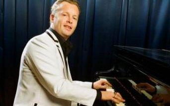 Денис Мажуков (ф-но, вокал) и его бэнд